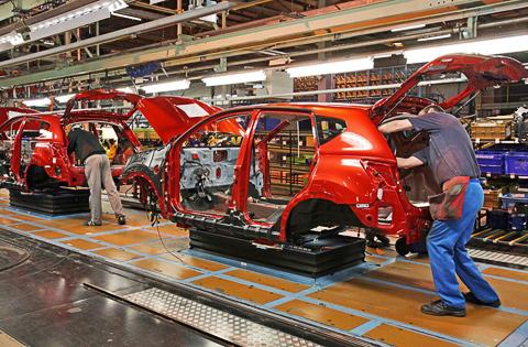 У дилеров Nissan появились внедорожники X-Trail российской сборки