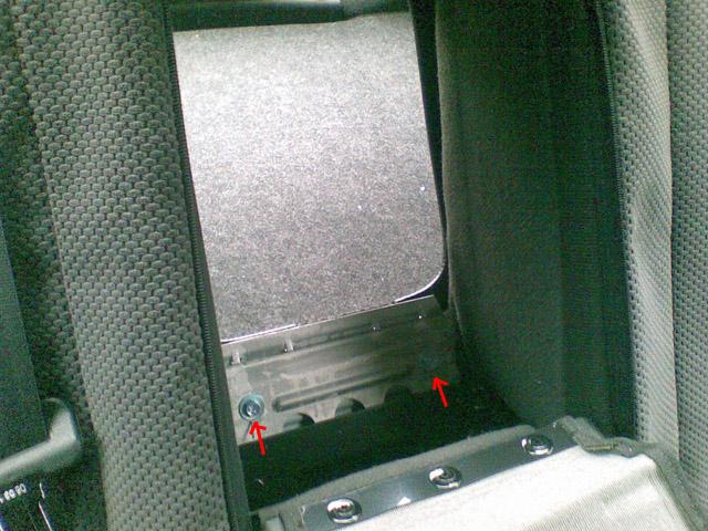 Снятие спинки заднего сидения в Альмера Классик