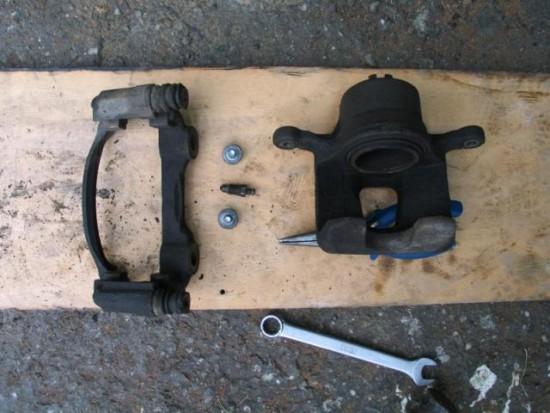 Ремонт переднего тормозного суппорта на Nissan