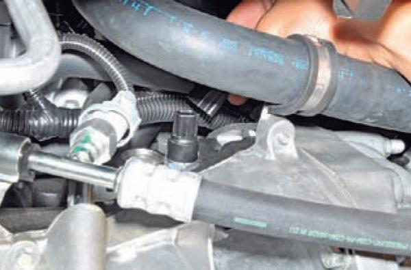 Замена датчика низкого давления масла в Nissan Almera G15