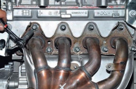 Демонтаж выпускного коллектора Nissan Almera G15