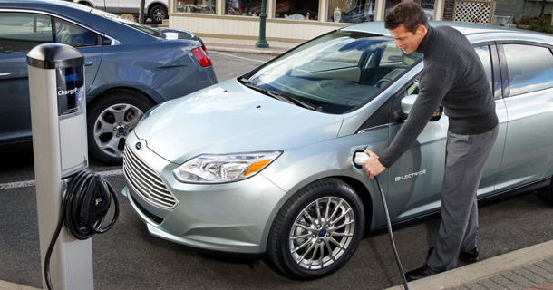 Электрический автомобиль на зарядке батареи